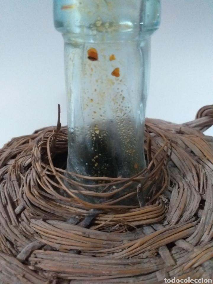Coleccionismo Otros Botellas y Bebidas: Pequeña damajuana con forro de mimbre y caña. Usada para el aceite. - Foto 3 - 159888446