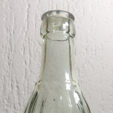 Coleccionismo Otros Botellas y Bebidas: ANTIGUA BOTELLA RELIEVE CRISTAL PUBLICIDAD GASEOSAS VICTORIA - JEREMIAS ROGER BARCELONA. Lote 161834230