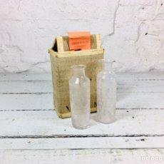 Coleccionismo Otros Botellas y Bebidas: CURIOSAS BOTELLAS DE CRISTAL PARA MUESTRAS CON CAJA DE CARTÓN PARA VINO O LICOR. Lote 163306140
