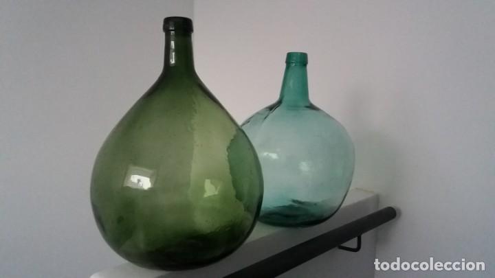 Coleccionismo Otros Botellas y Bebidas: Antiguas botellas damajuana garrafas GRANDES de cristal AZUL y VERDE marca BARCELONA de 16 LITROS - Foto 2 - 167629436