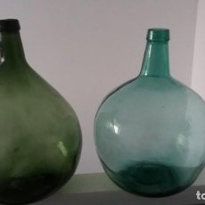 Coleccionismo Otros Botellas y Bebidas: ANTIGUAS BOTELLAS DAMAJUANA GARRAFAS GRANDES DE CRISTAL AZUL Y VERDE MARCA BARCELONA DE 16 LITROS. Lote 167629436