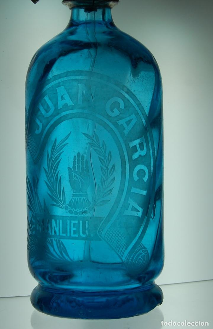 Coleccionismo Otros Botellas y Bebidas: SIFÓN AZUL ÁCIDO JUAN GARCÍA DE MANLÍEU CON ERROR TIPOGRÁFICO CABEZA DE PLOMO // MUY RARO - Foto 2 - 168234724