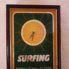 Coleccionismo Otros Botellas y Bebidas: RELOJ SURFING PUBLICIDAD CON MARCO DE MADERA. Lote 184018452