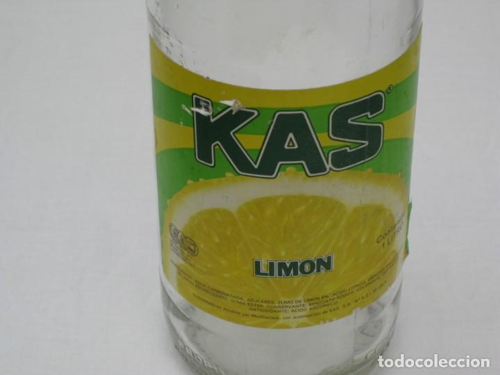 Coleccionismo Otros Botellas y Bebidas: Antigua botella de Kas Limon. 1 litro. Etiqueta de papel. - Foto 2 - 171512225