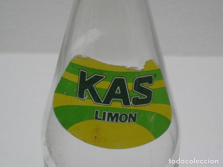 Coleccionismo Otros Botellas y Bebidas: Antigua botella de Kas Limon. 1 litro. Etiqueta de papel. - Foto 4 - 171512225