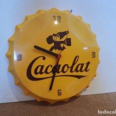 Coleccionismo Otros Botellas y Bebidas: RELOJ PARED PUBLICITARIO CACAOLAT CON FORMA DE CHAPA DE BOTELLA 30 CM. Lote 172418615