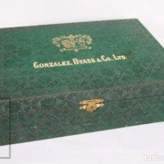 Coleccionismo Otros Botellas y Bebidas: CAJA DE MADERA FORRADA - GONZÁLEZ BYASS & CO., LTD - VINO DE JEREZ - MEDIDAS 34,5 X 32,5 X 10 CM. Lote 173739287
