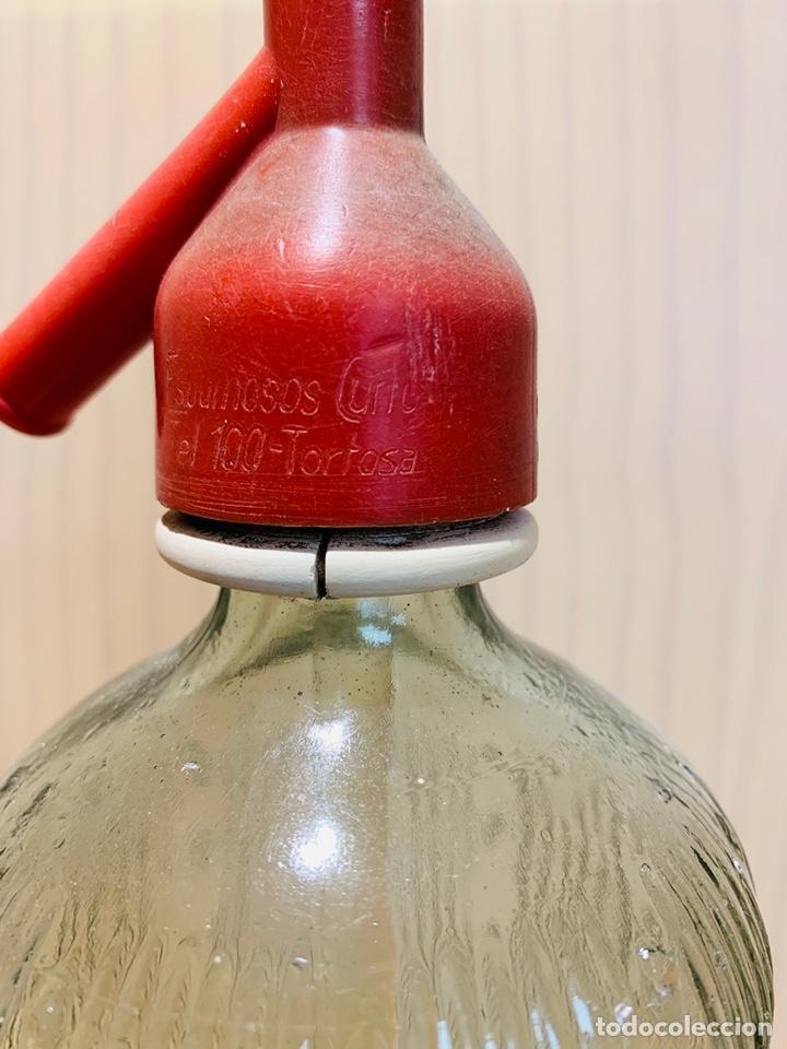 Coleccionismo Otros Botellas y Bebidas: SIFÓN DE TORTOSA ESPUMOSOS CURTO (TELEFONO 100) ANTIGUO SIFON VIDRIO LABRADO - Foto 3 - 174553529