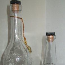 Coleccionismo Otros Botellas y Bebidas: PAREJA DE ANTIGUAS BOTELLAS DE LICOR CARMELITANO, BENICASIM,CASTELLÓN. CRISTAL Y DIBUJOS EN RELIEVE. Lote 178139848