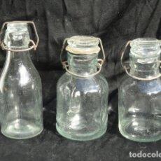 Coleccionismo Otros Botellas y Bebidas: 3 ANTIGUAS BOTELLAS DE LECHE CON CIERRE MECÁNICO. TAPÓN DE CRISTAL.. Lote 180189111