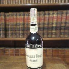 Coleccionismo Otros Botellas y Bebidas: BOTELLA DE FINO MUY SECO. MARCA TIO PEPE. GONZÁLEZ BYASS. PRECINTADA. JEREZ. 32 CM.. Lote 180425645