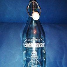 Coleccionismo Otros Botellas y Bebidas: ANTIGUA BOTELLA DE GASEOSA CINCO NAVAS ORIGINAL DE NAVALMORAL DE LA SIERRA AVILA, 1 EDICIÓN DE 1955. Lote 183425237