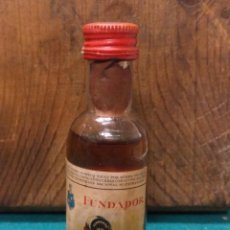 Coleccionismo Otros Botellas y Bebidas: ANTIGUO BOTELLIN FUNDADOR PEDRO DOMECQ. Lote 190130797