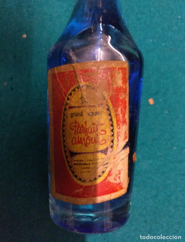 Coleccionismo Otros Botellas y Bebidas: ANTIGUO BOTELLIN PARFAIT AMOUR DESTILERIAS CAMPENY - Foto 3 - 190130852