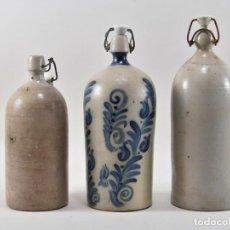 Coleccionismo Otros Botellas y Bebidas: TRES ANTIGUAS Y RARISIMAS BOTELLAS EN GRES CON CIERRE DE ESTRIBO SIGLO XIX 30,5 CM 430,00 €. Lote 190880847