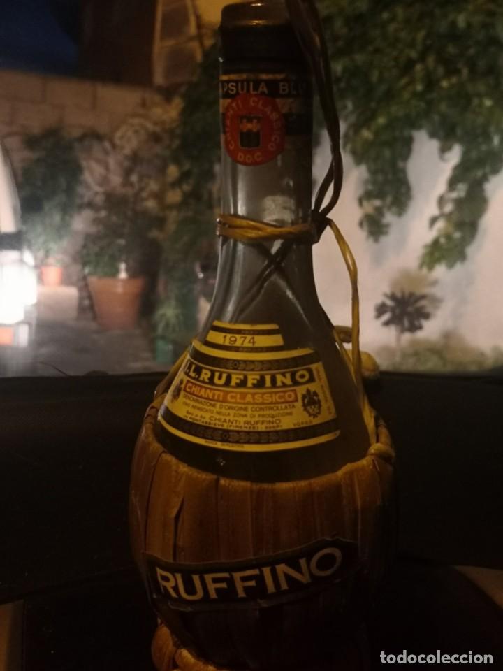 VINTAGE RUFFINO CHIANTI BOTELLA DE VINO RAFIA 1974 ITALIA, VACÍA (Coleccionismo - Otras Botellas y Bebidas )