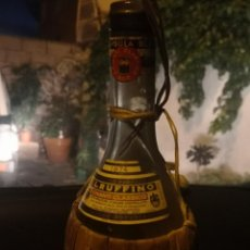 Coleccionismo Otros Botellas y Bebidas: VINTAGE RUFFINO CHIANTI BOTELLA DE VINO RAFIA 1974 ITALIA, VACÍA. Lote 191400995