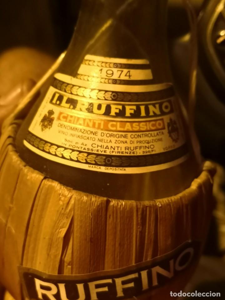 Coleccionismo Otros Botellas y Bebidas: Vintage Ruffino Chianti Botella de vino rafia 1974 Italia, vacía - Foto 3 - 191400995