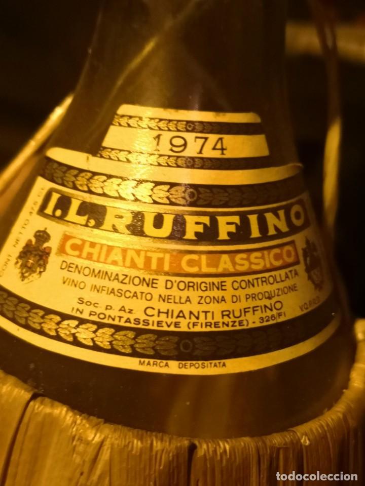 Coleccionismo Otros Botellas y Bebidas: Vintage Ruffino Chianti Botella de vino rafia 1974 Italia, vacía - Foto 4 - 191400995