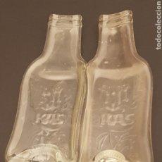 Coleccionismo Otros Botellas y Bebidas: SIGULAR 2 BOTELLAS CRISTAL DE REFRESCO KAS EN RELIEVE. Lote 192875372