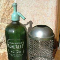 Coleccionismo Otros Botellas y Bebidas: SIFON GONZALEZ DE AVILES. CON FUNDA METALICA CASCOS - PATENTADO. BOTELLA CRISTAL VERDE.. Lote 194720197