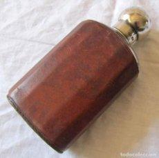 Coleccionismo Otros Botellas y Bebidas: PETACA DE VIDRIO FORRADA DE CUERO CON TAPÓN DE PLATA 925. Lote 194965648