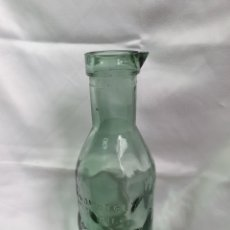 Coleccionismo Otros Botellas y Bebidas: BOTELLA DE LECHE AB SOLUTELY, GRAVADA CON VACA SIENDO ORDEÑARA, THE MILK PROTECTOR.. Lote 204133506