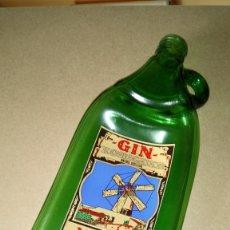 Coleccionismo Otros Botellas y Bebidas: CURIOSA BOTELLA DEFORMADA DE GIN XORIGUER (MAHON/MENORCA).. Lote 214234636