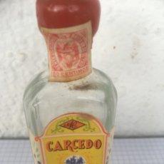 Coleccionismo Otros Botellas y Bebidas: BOTELLÍN CARCEDO DRY GIN ANTONIO CARCEDO BURGOS AÑIS 50. Lote 218714277