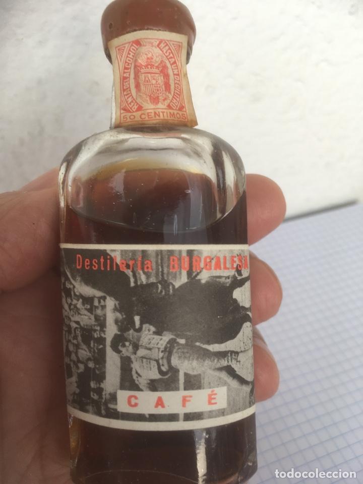 Coleccionismo Otros Botellas y Bebidas: BOTELLÍN LICOR DE CAFÉ DESTILERÍA BURGALESA DE ANTONIO CARCEDO AÑOS 50 - Foto 2 - 218714618