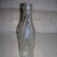 Coleccionismo Otros Botellas y Bebidas: ANTIGUA BOTELLA DE REFRESCO, DESCONOZCO DE QUÉ. CRISTAL CON RELIEVE TIPO REJILLA. - MIDE 6 X 22,5 CM. Lote 221569527
