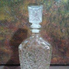 Coleccionismo Otros Botellas y Bebidas: BOTELLA PARA LICOR DE CRISTAL GRUESO TALLADO. Lote 227750225