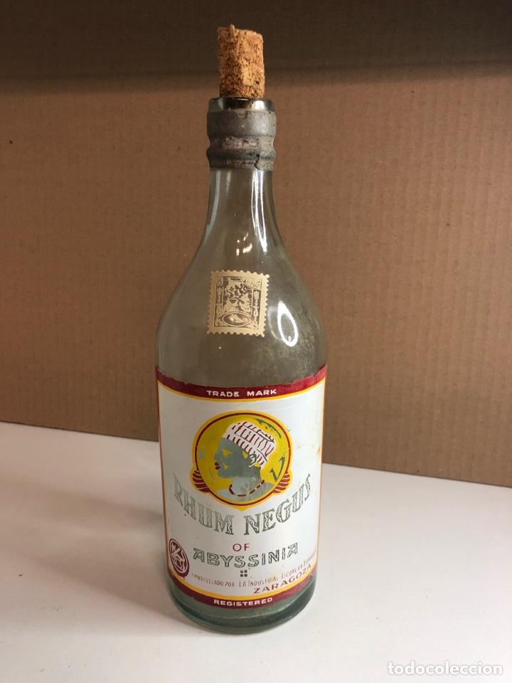 BOTELLA ANTIGUA DE RHUM NEGUS SERIGRAFIADA EL CORCHO NO SÉ SI ES ORIGINAL (Coleccionismo - Otras Botellas y Bebidas )