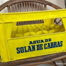 Coleccionismo Otros Botellas y Bebidas: CAJA DE BOTELLAS AGUA DE SOLÁN DE CABRAS CAJON PLASTICO BOTELLAS. Lote 238175165