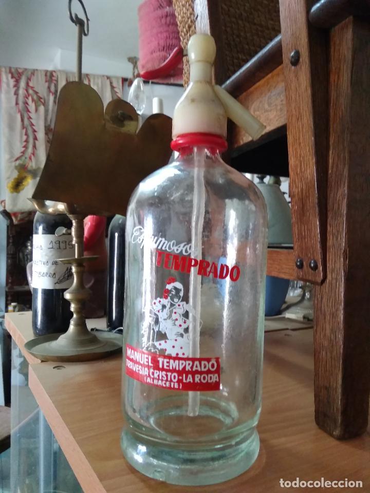 Coleccionismo Otros Botellas y Bebidas: Sifón Manuel Temprado Travesia del Cristo La Roda Albacete. Pieza rara. Vitrina despacho. - Foto 2 - 247485520