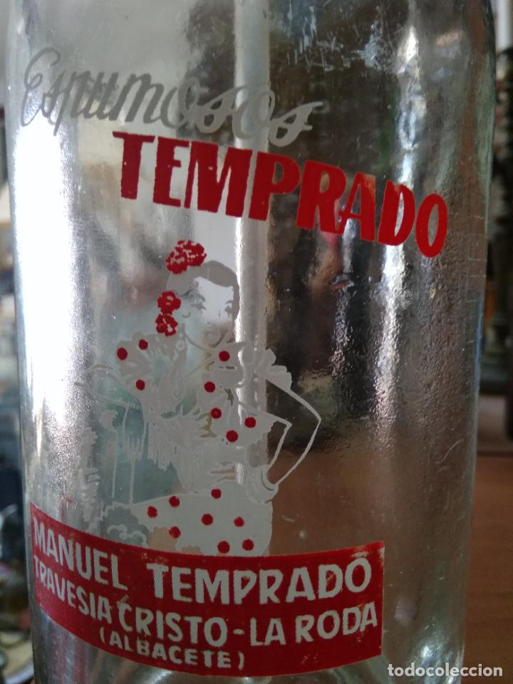 Coleccionismo Otros Botellas y Bebidas: Sifón Manuel Temprado Travesia del Cristo La Roda Albacete. Pieza rara. Vitrina despacho. - Foto 4 - 247485520