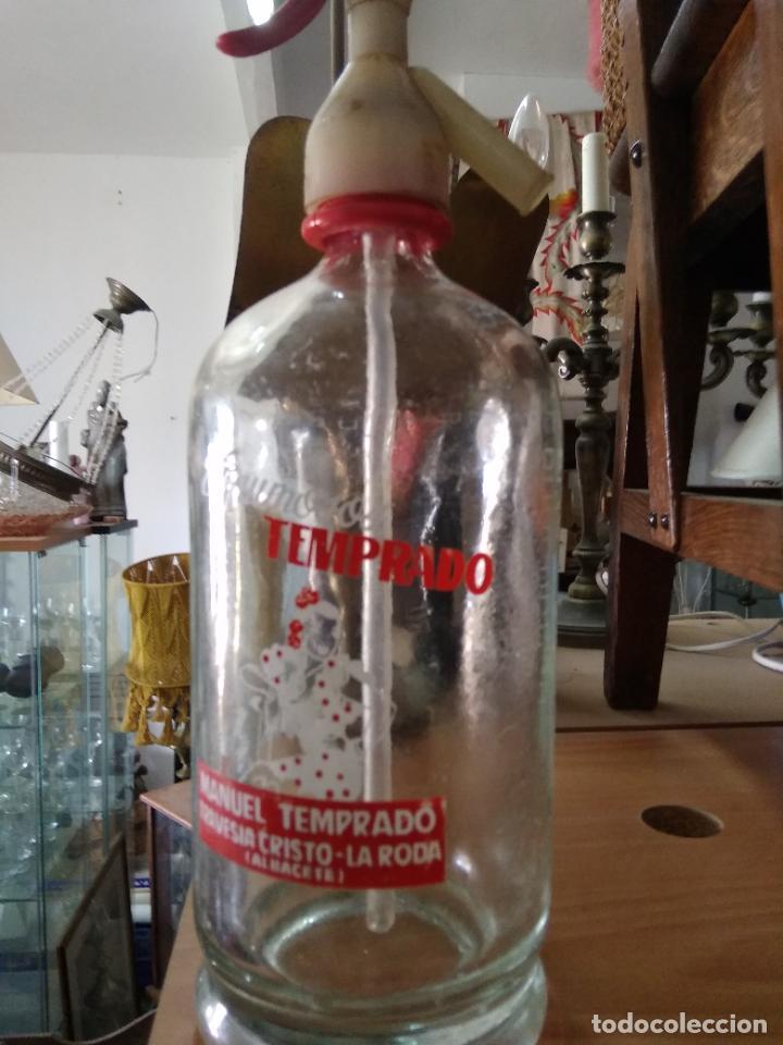 Coleccionismo Otros Botellas y Bebidas: Sifón Manuel Temprado Travesia del Cristo La Roda Albacete. Pieza rara. Vitrina despacho. - Foto 7 - 247485520