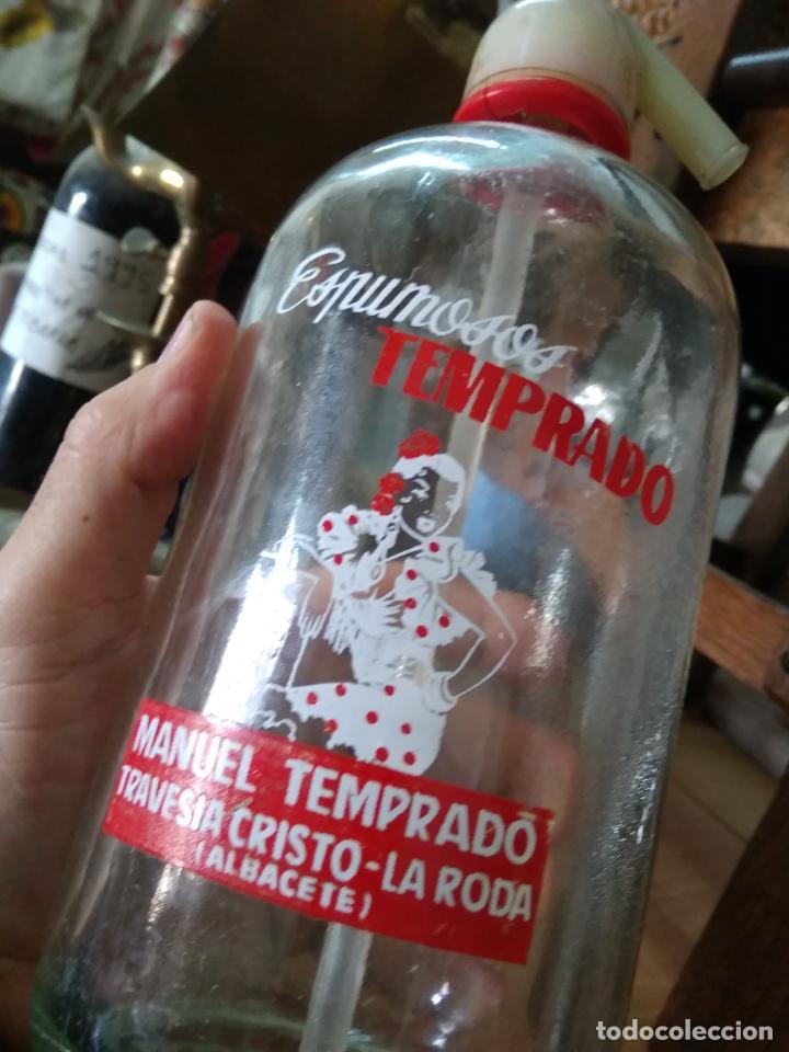 SIFÓN MANUEL TEMPRADO TRAVESIA DEL CRISTO LA RODA ALBACETE. PIEZA RARA. VITRINA DESPACHO. (Coleccionismo - Otras Botellas y Bebidas )