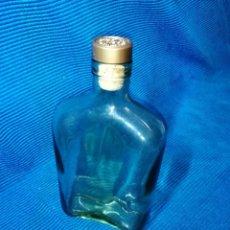 Coleccionismo Otros Botellas y Bebidas: ANTIGUA BOTELLA DE CRISTAL CON FORMA DE PETACA Y ORIGINAL TAPÓN DE COGNAC DE LA MARCA E. REMY MARTIN. Lote 249059025
