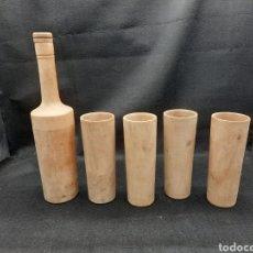 Coleccionismo Otros Botellas y Bebidas: VIEJA BOTELLA CON VASOS 100% MADERA. Lote 255457810