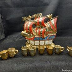 Coleccionismo Otros Botellas y Bebidas: ANTIGUA BOTELLA DE CERÁMICA CON TAZAS. Lote 255458035