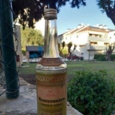 Coleccionismo Otros Botellas y Bebidas: BOTELLA ANTIGUA RUSA DE VODKA MOSKOVSKAYA PRECINTADA SIN ABRIR IDEAL PARA TU COLECCION. Lote 260404710