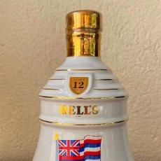 Coleccionismo Otros Botellas y Bebidas: BELL´S HAWA II FINE OLD SCOTCH WHISKY BOTELLA DE PORCELANA EN SU ESTUCHE ORIGINAL PRECINTADA. Lote 263564020