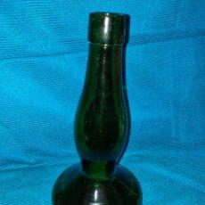 Coleccionismo Otros Botellas y Bebidas: ANTIGUA BOTELLA DE VIDRIO COLOR VERDE, ART DECO, AÑOS 60, GRABADO EN LA BASE NÚMEROS. Lote 274670678