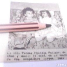 Coleccionismo Papel Varios: RECORTE AÑOS 50 - LA NIÑA TERESA AGUNDEZ FONTANET CON LA MUÑECA MARIQUITA PEREZ. Lote 128045867