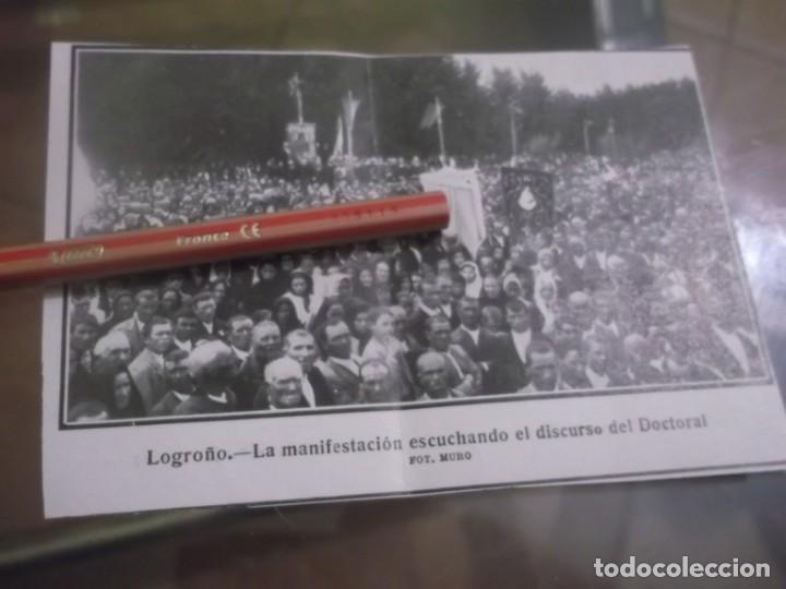 RECORTE AÑO 1920 - LOGROÑO , LA MANIFESTACIÓN ESCUCHANDO EL DISCURSO DEL DOCTORAL (Coleccionismo en Papel - Varios)