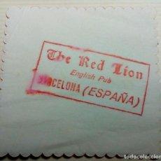 Coleccionismo Papel Varios: THE RED LION ENGLISH PUB BARCELONA ANTIGUO POSAVASOS PAPEL. Lote 162540214