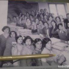 Altri oggetti di carta: RECORTE AÑO 1933 -MADRID , OBRERAS EN FÁBRICA DEDICADA GUIRNARDAS PARA CARNAVAL. Lote 173017527