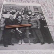 Coleccionismo Papel Varios: RECORTE AÑO 1935 - ARAHAL(SEVILLA)AUTORIDADES DE ARAHAL Y SEVILLA ENTREGA BANDERA A LA GUARDIA CIVIL. Lote 192666257