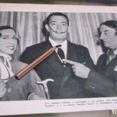 Altri oggetti di carta: RECORTE AÑO 1957 - EL PINTOR DALÍ , VICENTE ESCUDERO Y SU PAREJA CARMITA GARCIA. Lote 227901235